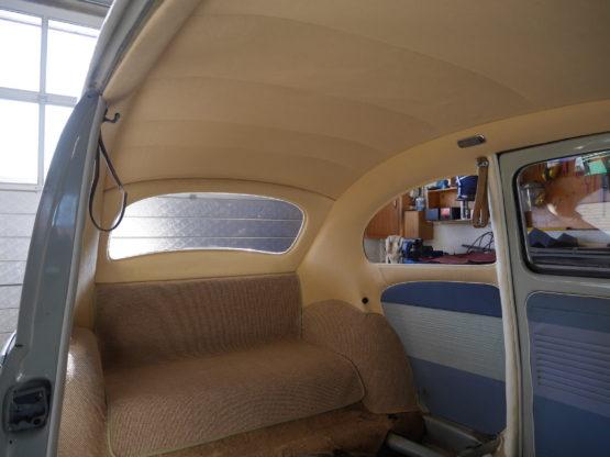 VW årg. 1958 isat nu beige stofhimmel og tæppe over motoren.
